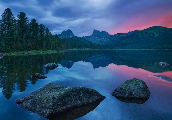 Le lac Clair. Région de Krasnoïarsk, Parc naturel Ergaki
