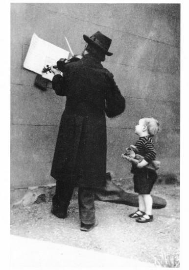 A Street Musician - photo de J. Furley Lewis